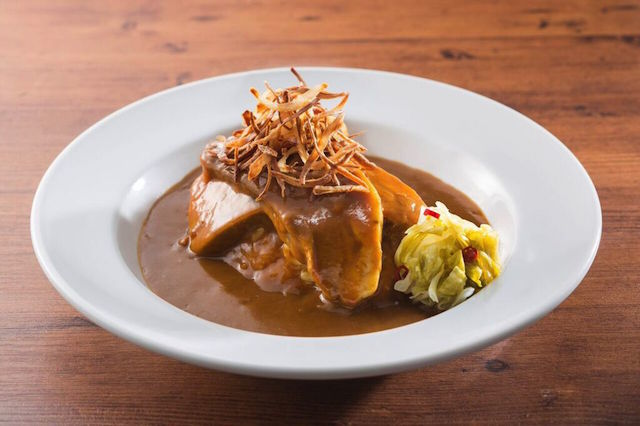 特産プレミアム玉ねぎを使った「淡路島カレー」は、味わいが3段階に変化するらしい!