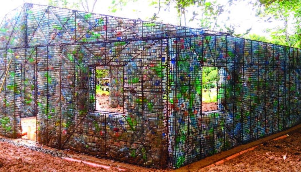 ペットボトルで家づくり!パナマの「リサイクル村」が話題に
