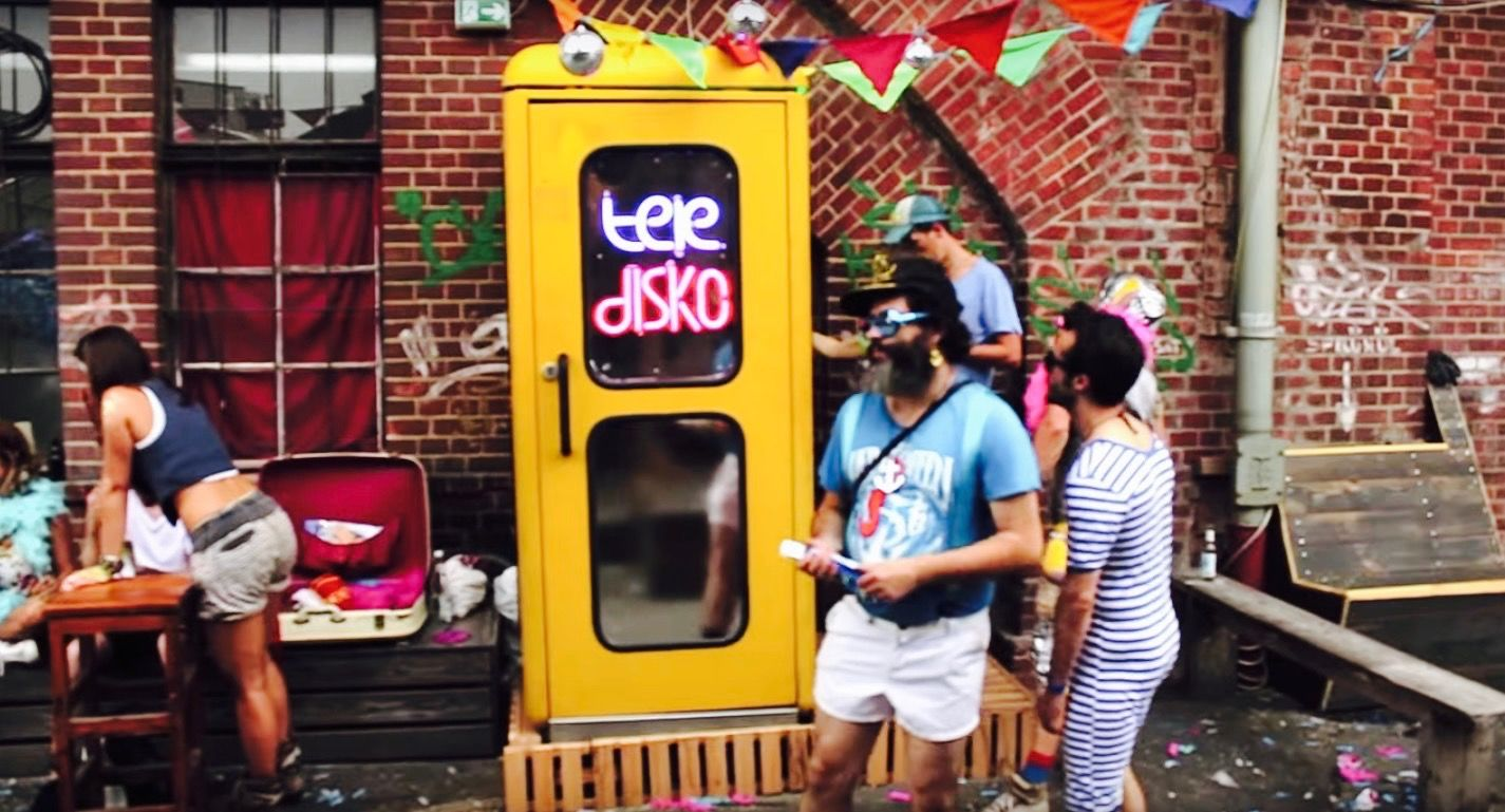 電話ボックス型の「世界一せま〜いディスコ」が大人気!