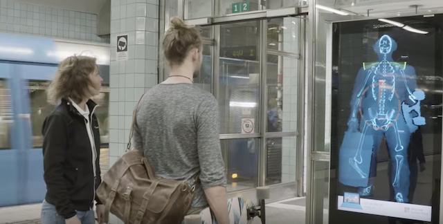 「カラダ歪んでない?」駅構内に登場した姿勢チェッカーに、人々の足が止まる