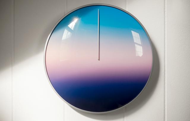 虹色の時計「The Present」が刻むのは、あなたの365日です