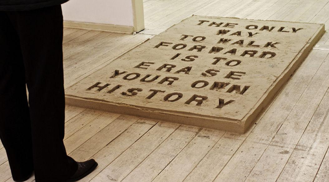 アートギャラリーの入り口に置かれた「砂文字」。その意味が深い・・・