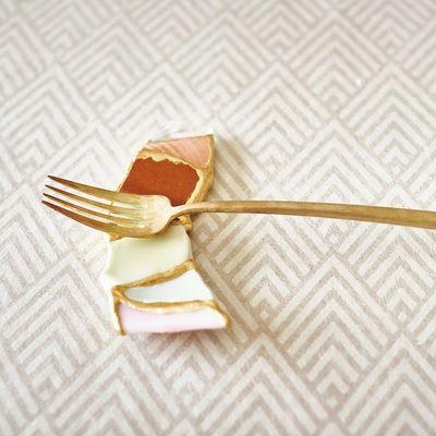 陶片を箸置きとしてよみがえらせる。日本人陶芸家の「金継ぎ」がNYへ