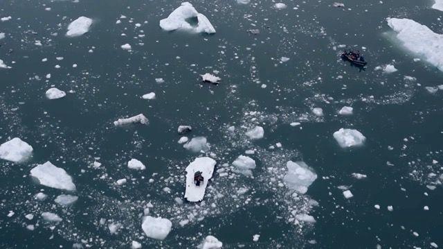 「北極海」のど真ん中で、たった一人のリサイタル。いったいナゼ?