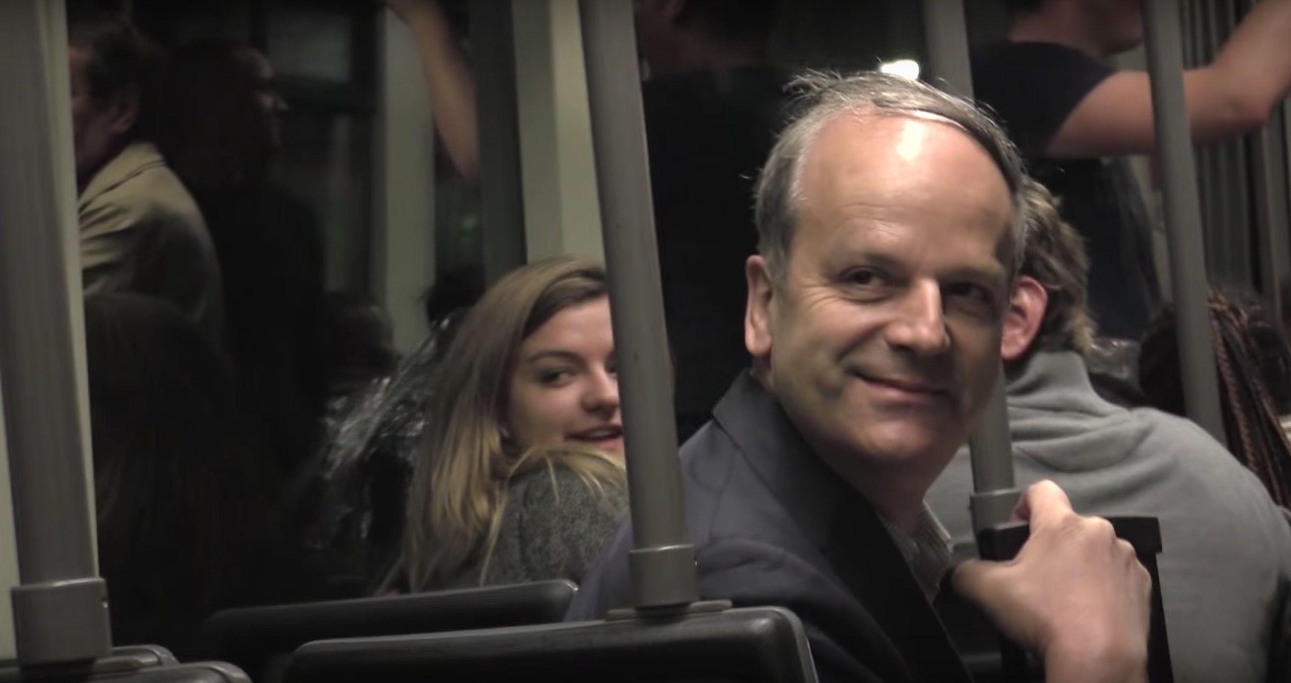 通勤電車が「笑顔」でいっぱいに。男性がとった驚きの方法とは?