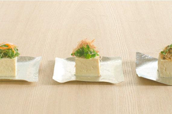 曲げて、ねじって、料理に合わせて「カタチを変える」お皿です
