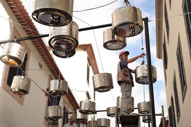 なんの変哲もない街の電球。実は、夜になると・・・(ポルトガル)