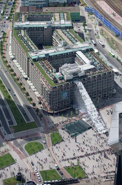 ロッテルダム駅前に登場した「急勾配の階段」が向かう先は・・・
