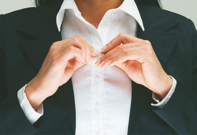 「胸元が見える服」は、面接に進む可能性を5倍もアップさせるらしい(研究結果)