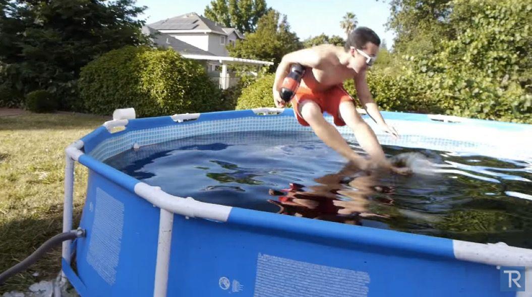 約5,678リットルのコーラでプールを作ってみた(動画あり)