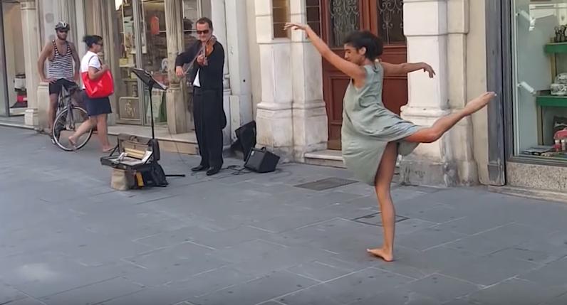 父親のムチャぶりに応える娘、ヴァイオリンの音色に合わせて踊りだしてみたら・・・