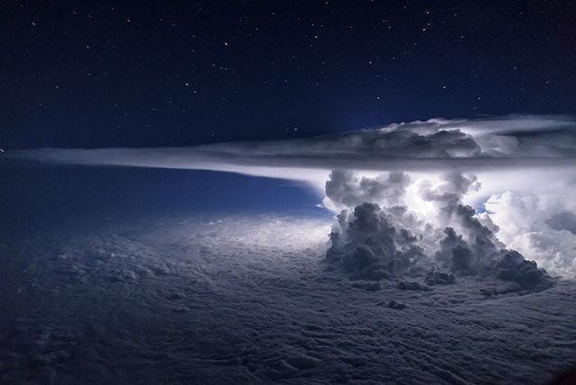 地上は雷雨。しかし、その上空37,000フィートの世界は、こんなにも美しかった