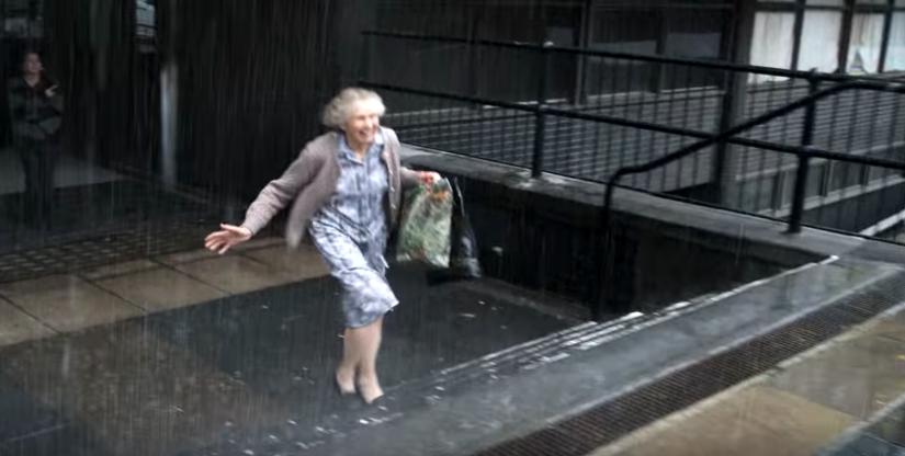 なぜ、土砂降りの雨のなかこの親子は笑顔で走り出したのか?