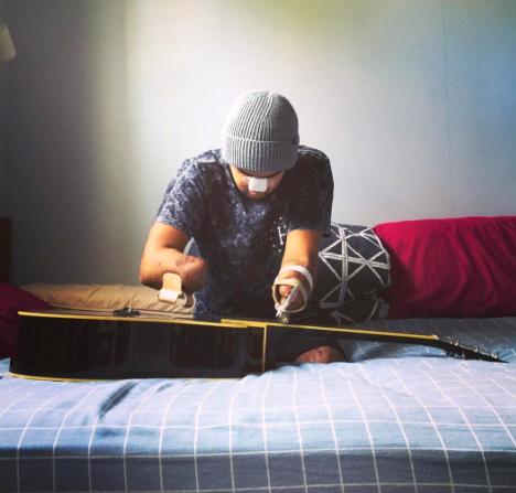 病気で両手両足を切断したギタリスト。音楽は生きる希望になる