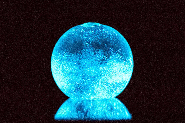 夜光虫を閉じ込めたエコなガラス玉。ベッドルームに置きたい