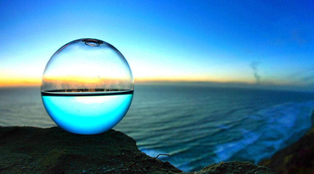 夜になると光る「プランクトン」を閉じ込めたガラス玉 ベッドルームに置きたい