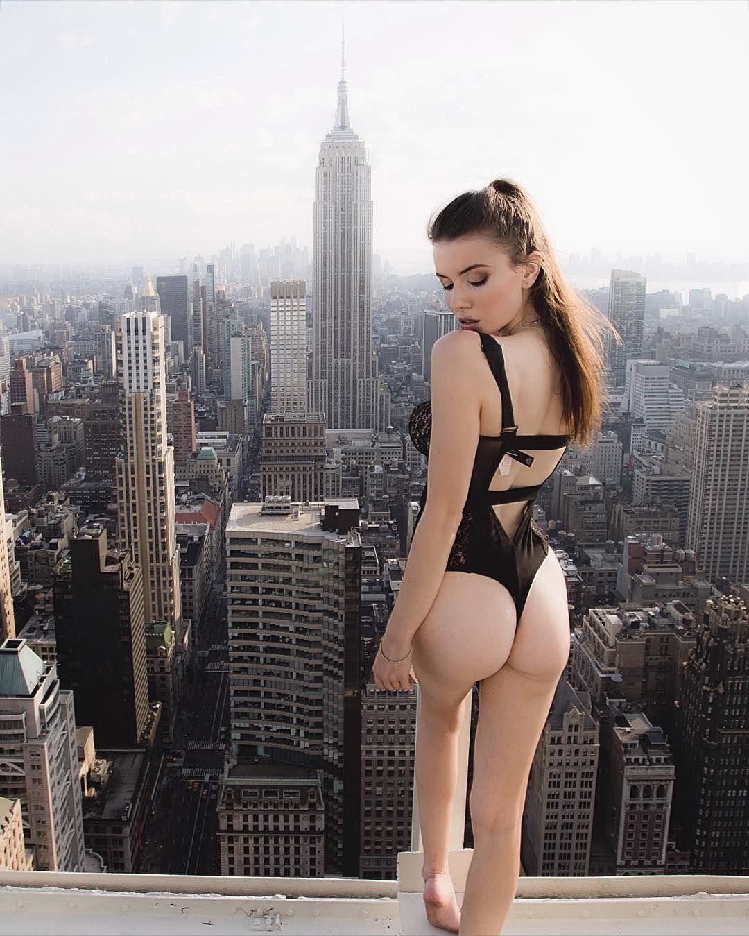 10万人の視線を奪った、背筋がゾクッとする「屋上美女写真」って?