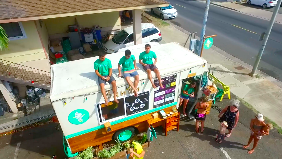 行列ができるハワイのフードトラック「Banan」。フローズンバナナには、若者4人の地元への熱い想いが込められていた