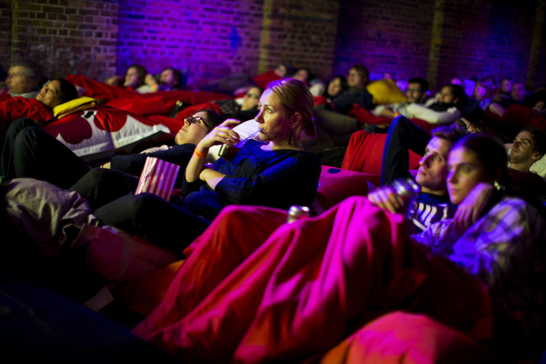 ベッドでゴロゴロしながらお酒が飲める映画館「ピローシネマ」で寝落ちバンザーイ!