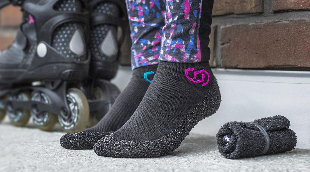 ハンカチみたいにクルッ。靴下でも靴でもない「スキナーズ」が便利そう!