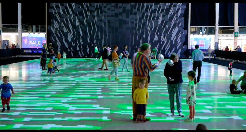 床一面が万華鏡!ロンドン北部の町に出現したインタラクティブな巨大カーペット