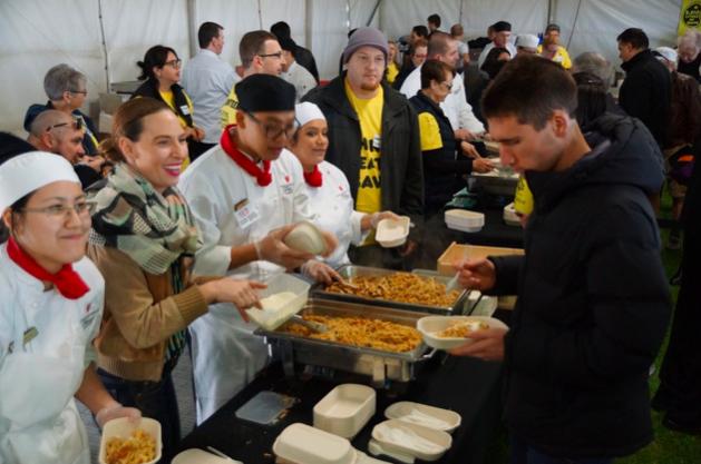 毎日大量に余るファーストクラスの「機内食」を空腹の人のもとへ(オーストラリア)