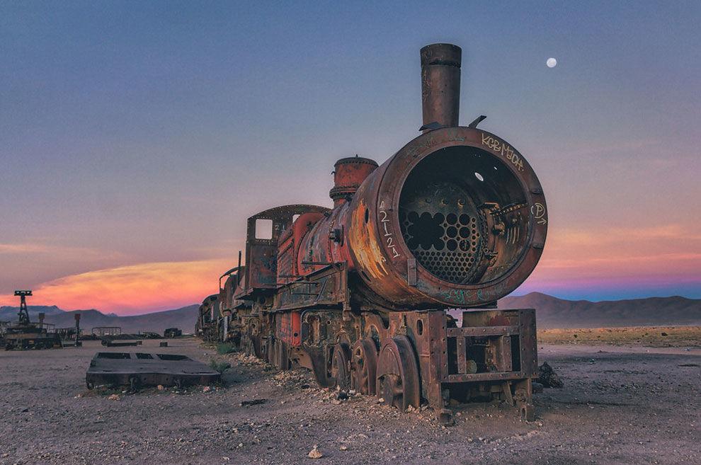 ウユニ塩湖から近い、もう一つの絶景。「機関車墓場の夕焼け」を激写!
