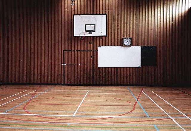 体育館の床で作った額縁ーーリユースアイテムは背景に惹かれる