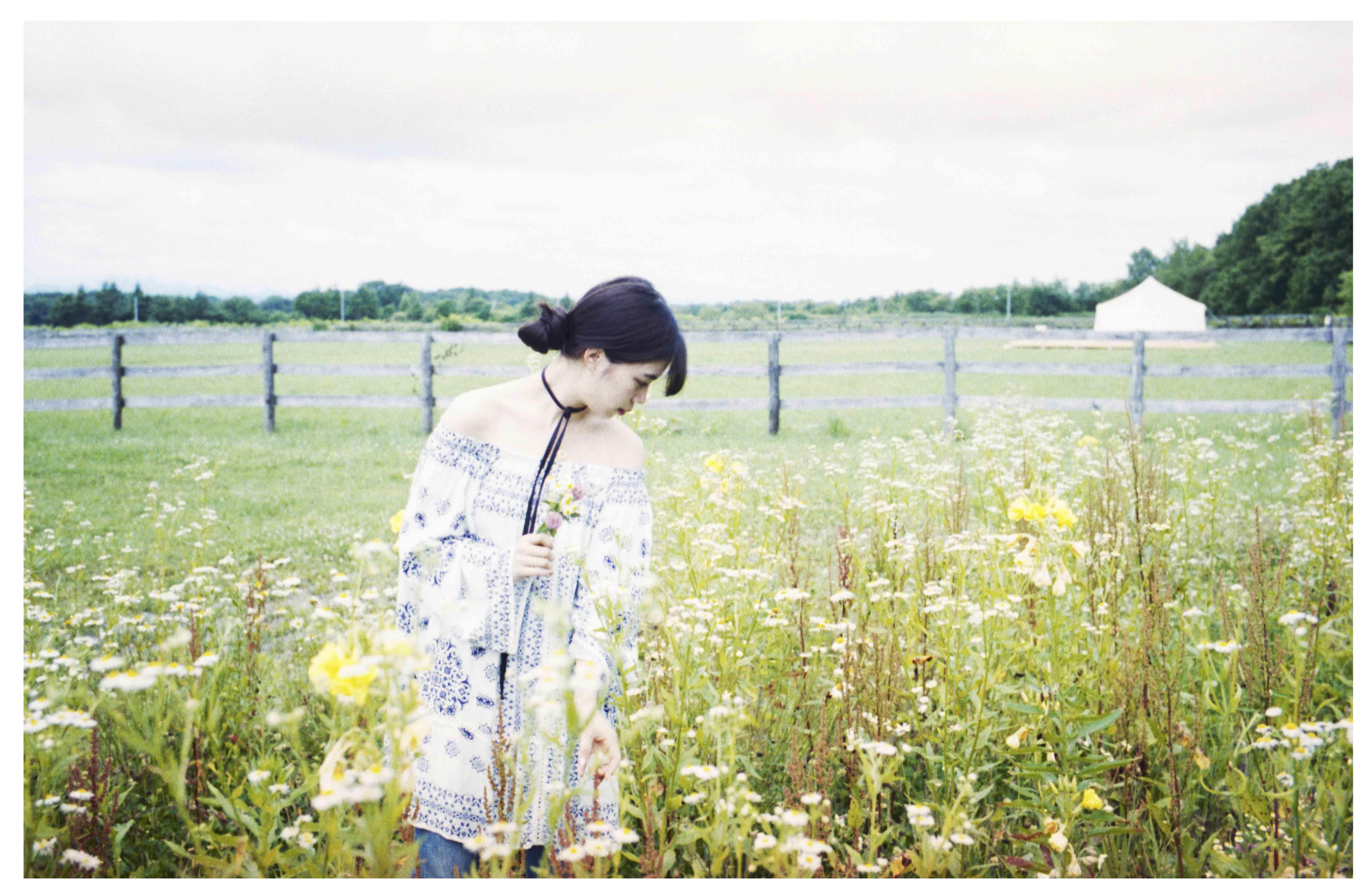 北海道の広大な牧草地に、「天井も壁もないホテル」が期間限定オープン!
