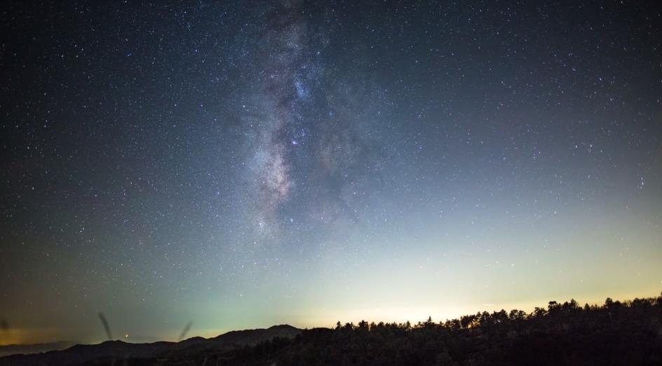 星の流れに酔いしれる。「アメリカの夜空」を映した、壮大なタイムラプスムービー