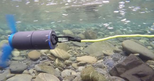 川に入れて発電できる「パーソナル水力発電器」がすごい!スマホの充電も安心。