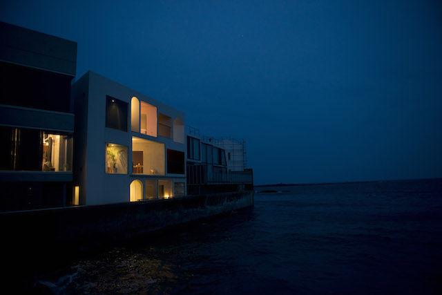 海に浮かぶような、全室オーシャンビューの貸別荘で「暮らす休暇」を楽しみたい