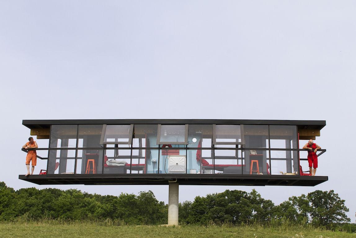 その家は一本の柱でバランスを取り、360度回転し、さらに傾く!