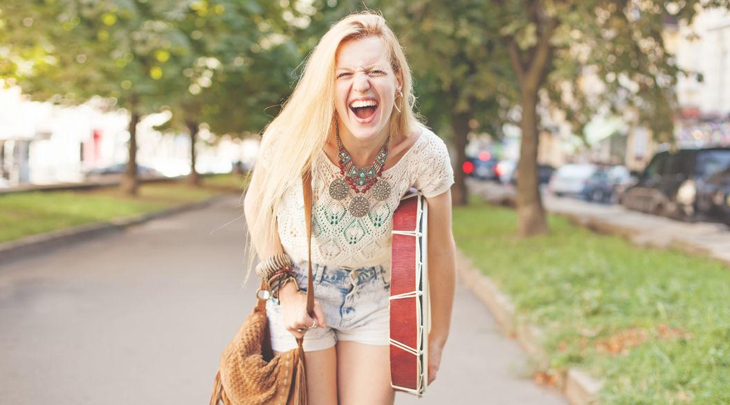 幸せを掴む女性は「バッグの中」が、ぐちゃぐちゃ!?米ライターが提唱する「人生の楽しみ方」