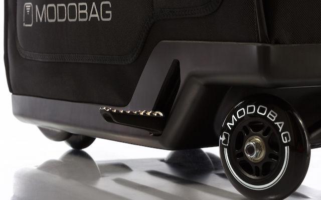 【世界初】乗って移動できる「電動バイク型スーツケース」が誕生