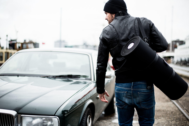 オランダ発スーツにシワができないバッグ。開発の裏に「巻き寿司」アリ