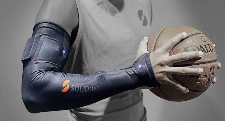 NBA選手のフリースロー精度をUPするために「ハイテクアームスリーブ」が使われている。