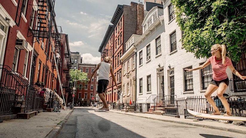 マンハッタンで「エアサーフィン」恋人たちの疾走感がたまらない