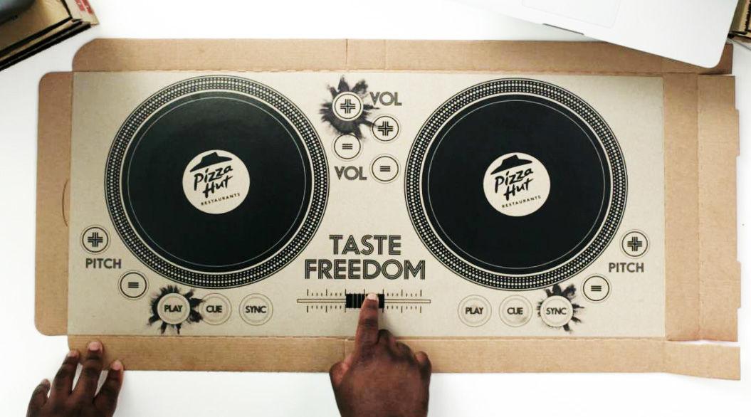 【世界初】英・ピザハットが「DJ Pizza Box」を配達。Bluetoothで連携してプレイできる!