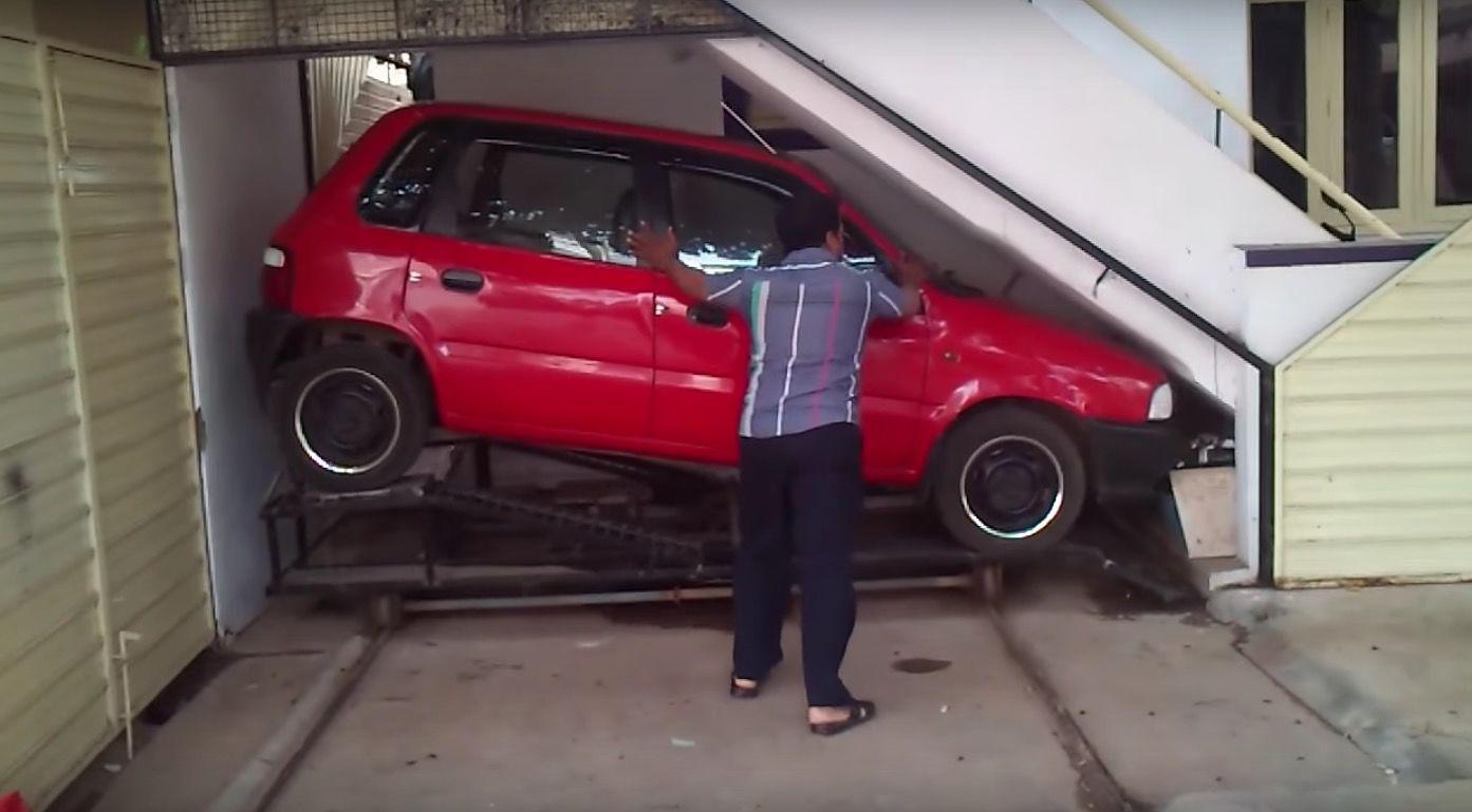 階段下の物置に「車庫」をつくったおじさん。その工夫に愕然!