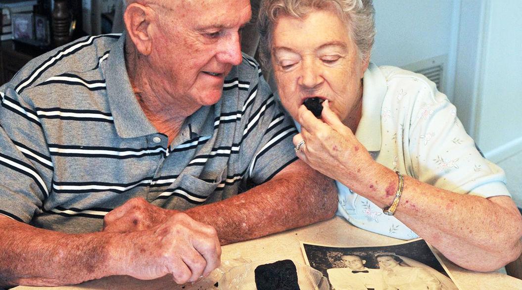 61年前のウェディングケーキを、今も食べ続けている老夫婦。