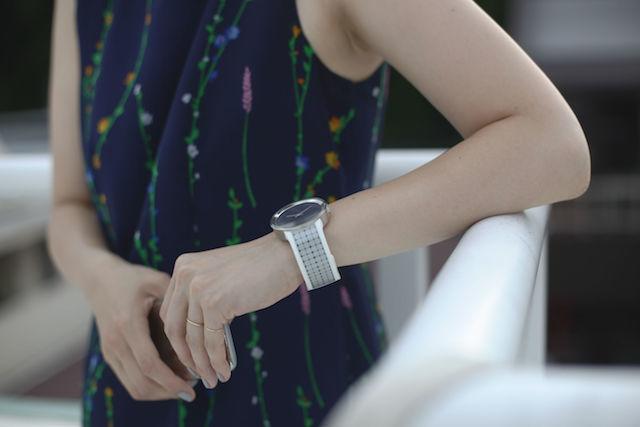 その日の服装や気分でデザインを変えられる腕時計「FES Watch U」
