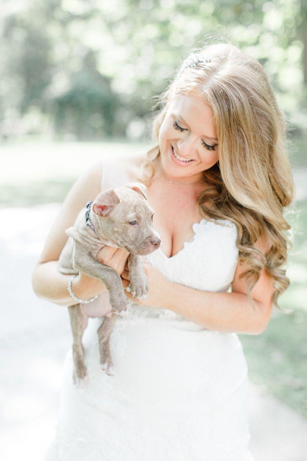 花束のかわりに、子犬を抱っこして。みんながしあわせなウエディング。