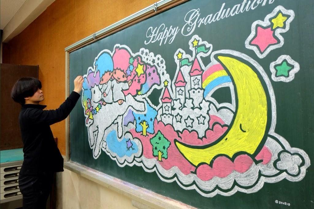 絵画・デザインの魅力を  「黒板アート」で伝える美術教師