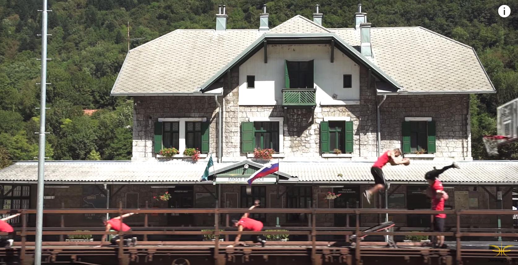 史上最もデンジャラスな「鉄道開通祝い」。走る列車の上で…