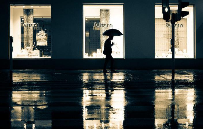 雨の夜、出かけたくなる写真。