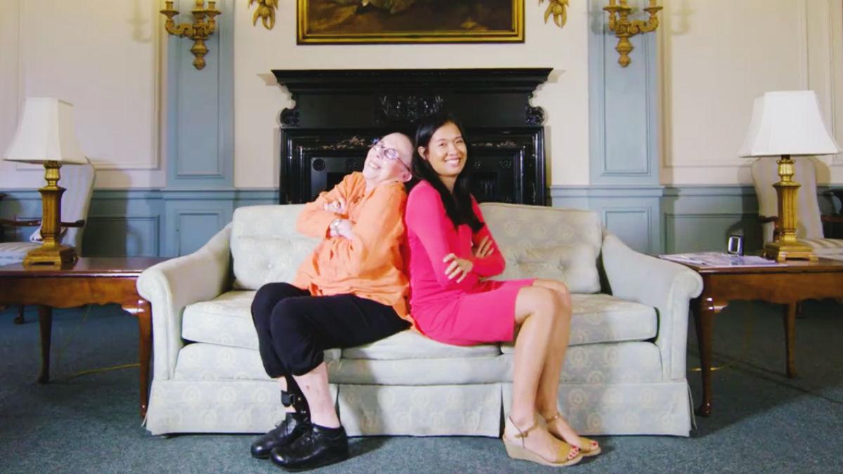 「アーティストはタダ」の老人ホームで、26歳のバイオリニストが見つけた80歳の大親友