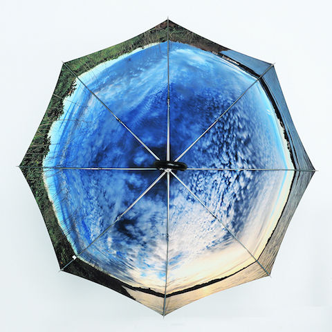 開くと「過去の思い出」がよみがえる傘