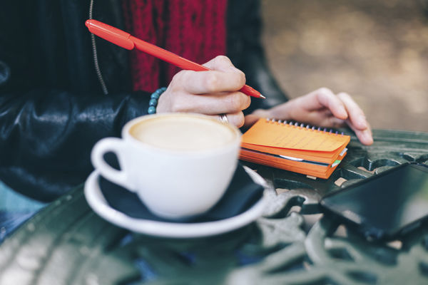 予定を書く女性