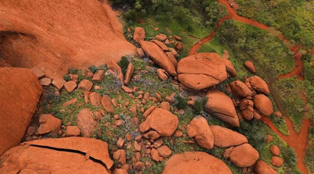 【世界初】ウルルをドローンで空撮した映像が公開